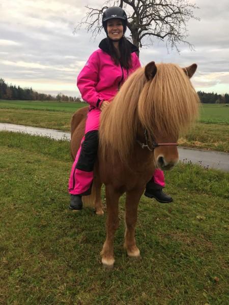 Reitoverall-Pink-Islanpderde-Blog-auf-einem-Islandpferd